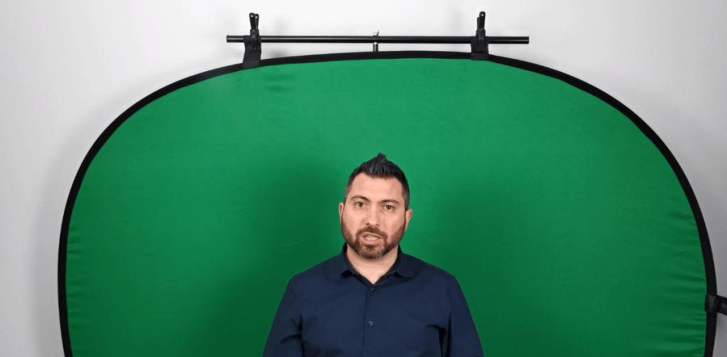 Io con alle spalle un green screen